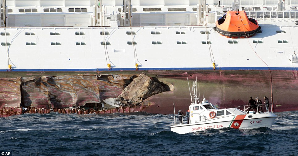 Rocks émergent du côté de l'avarie du Costa Concordia révélant l'ampleur des dégâts à la coque