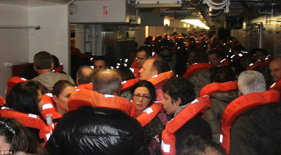 Inquiet: Les passagers attendent d'être secourus par le bateau.  Beaucoup de difficultés signalées dans le lancement des embarcations de sauvetage que le navire avait énuméré si mal