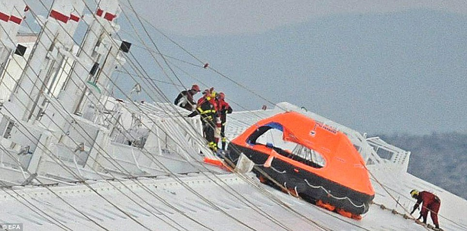 Les efforts déployés pour atteindre les survivants ont entravé par des portes bloquées et escaliers selon les rapports.  Trois personnes ont été sauvées