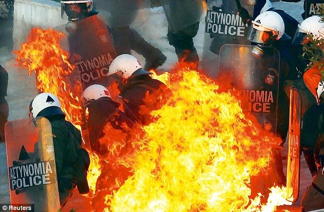 En llamas: una bomba de gasolina explota en la policía antidisturbios durante una enorme manifestación contra la austeridad manifestación en Syntagma de Atenas plaza el domingo
