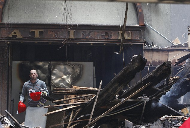 En ruinas: La entrada dañada a una de las salas de cine más queridas de Atenas, el Attikon, que se encuentra en un edificio construido en 1870
