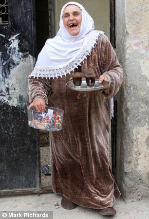 Delicia: La madre de Abu Qatada Aisha Othman ofrece un refrigerio al personal de correo como agradecimiento a su hijo de ser liberado