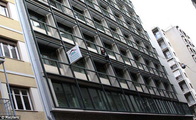 Escala: Lambrousi Harikleia se ve agarrado a la barandilla exterior del edificio