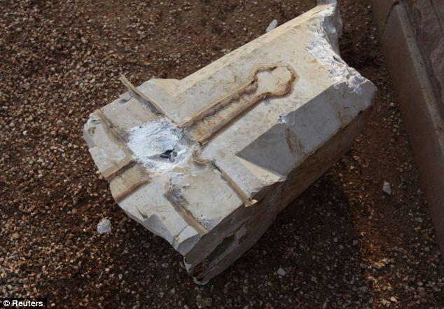 Triste: Un remanente de la cruz se encuentra roto en el suelo