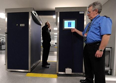 Estrecha seguridad: David Jones fue detenido después de ser revisados en el aeropuerto de Gatwick