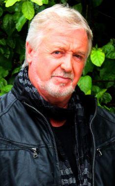 Enojado: El señor Jones, de 67 años, fue escoltado por la seguridad en virtud de un guardia de la policía