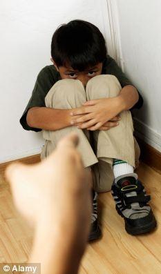 Dura: Ser demasiado crítico de un niño puede hacer daño tanto como no establecer estrictos límites suficientes, según el estudio.  (Foto Archivo)