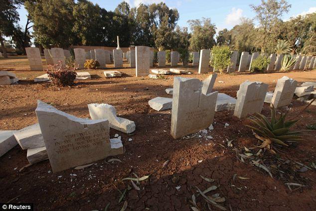 Profanada: Las lápidas que conmemoran las muertes de soldados aliados, que luchó en las campañas del desierto occidental entre 1942 y 1943, estaba destrozado en el suelo
