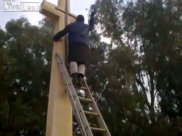 Falta de respeto: Un hombre rompe la cruz con un martillo