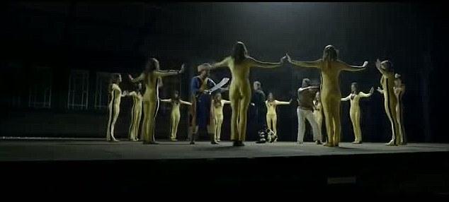 Al final del clip de la mujer envuelve a los tres hombres a sí misma la gestión de multiplicar y calmar a los tres abajo