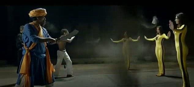 Un clip de vídeo parece estar inspirada en películas de artes marciales y juegos de video populares, y se supone que representa a la UE como pacífica