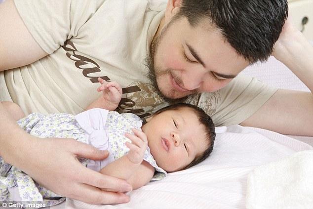 Orgulloso padre de Thomas, de 34 años, que nació de una mujer, pero que vive como un hombre, con su hija Susan Juliette Beatie el 14 de julio 2008