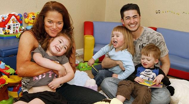 Nancy y Thomas, con sus hijos Susan, Austin y Jensen, son como los orgullosos padres de otros