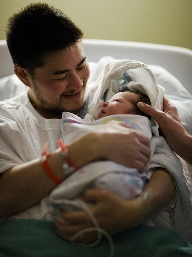 Cariñoso padre: Thomas Beatie con su primer hijo, recién nacido, Susan Juliette Beatie, en el Hospital Comunitario de Salud en el Cascade 29 de junio 2008
