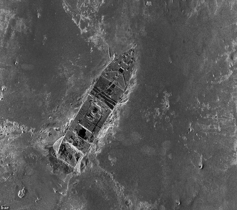 Novos detalhes: Os pesquisadores montaram o que se acredita ser o primeiro mapa global de todo o campo de destroços 3-por-5-milha Titanic.  Esta imagem mostra o corpo principal do navio