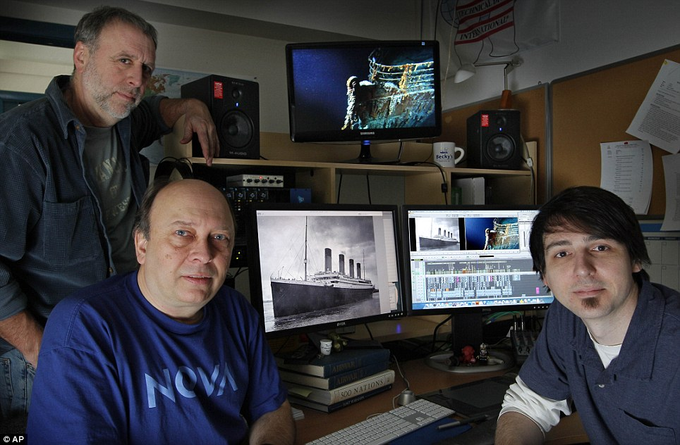 Pesquisadores: Kirk Wolfinger, canto superior esquerdo, Rushmore DeNooyer, e Tony Bacon está pronto para colocar os toques finais em um documentário do History Channel sobre o mapeamento do campo de destroços 3-por-5-milha