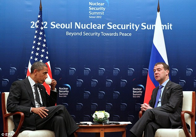 US President Barack Obama (L) speaks with Russian President Dmitry Medvedev (R)