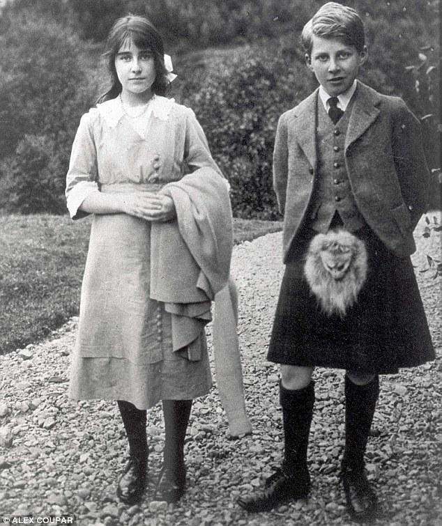 Elizabeth con su hermano en 1915.  Otro enigma ha sido la razón por la Reina Madre, nacido el Honorable Elizabeth Angela Margarita Bowes Lyon, se le dio un nombre medio francés