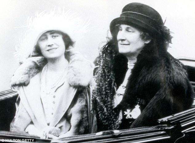 Elizabeth con su Cecilla madre en 1923.  Se ha afirmado en un nuevo libro que una cocinera dio a luz a la futura reina Isabel ya su propia madre no pudo tener más hijos