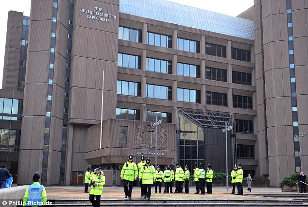 La operación de seguridad: Los 11 hombres fueron a juicio en el Liverpool Tribunal de la Corona en un caso que ha conmocionado a la nación