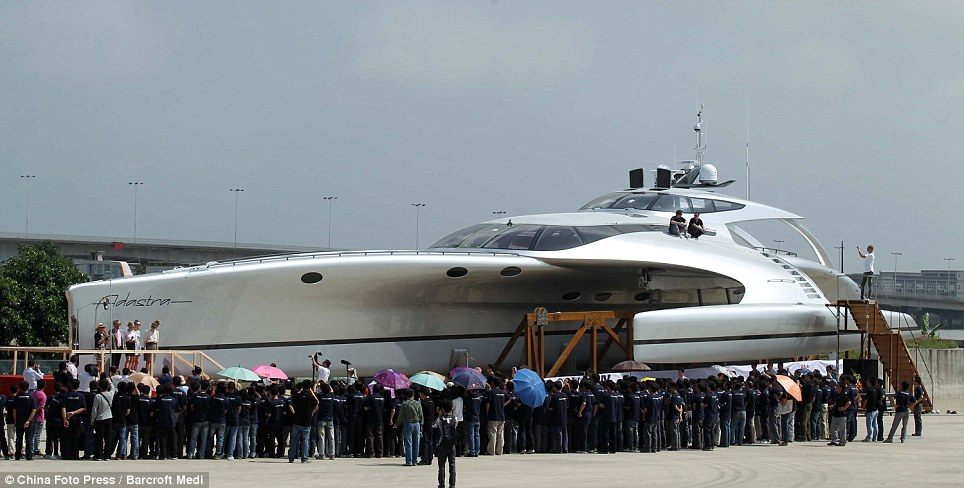 The superyacht is 42.5 meters in length, 16 meters in width and weighs 52 tons