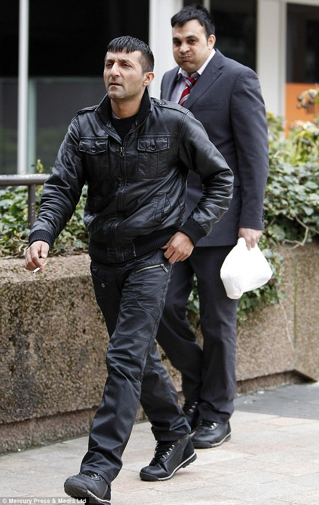 Al llegar a la corte: Mohamed Sajid (izquierda) fue condenado, mientras que Qamar Shazad (derecha) fue absuelto