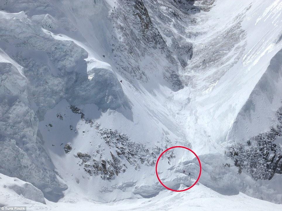 UNO: Los escaladores, en la foto en la parte inferior (centro), caminar a través de un barranco momentos antes de la avalancha comienza