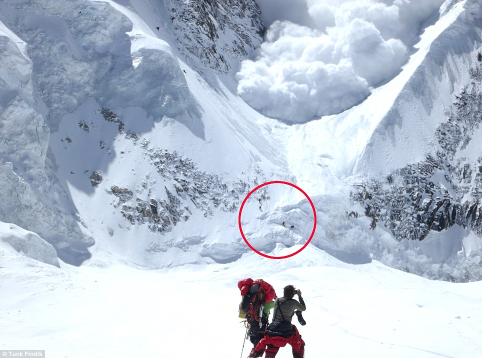 SEGUNDO: En el momento terrible de la avalancha comienza en el Annapurna, que ha cobrado la vida de 58 personas, casi el 40 por ciento de las personas que han intentado escalarla