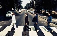 Immagine iconica: Preso allo stesso tempo come la famosa copertina dell'album Abbey Road nel 1969, questa immagine mostra chiaramente Paul McCartney, terzo da sinistra, con indosso un paio di sandali