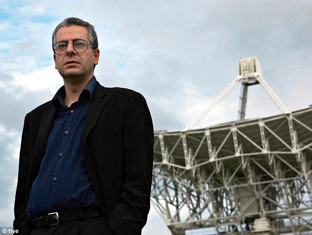 Olhos para o céu: Nick Pope, em frente ao Banco Jodrell Observatory - casa durante vários anos para parte da Grã-Bretanha do Projeto SETI - Busca por Inteligência Extraterrestre