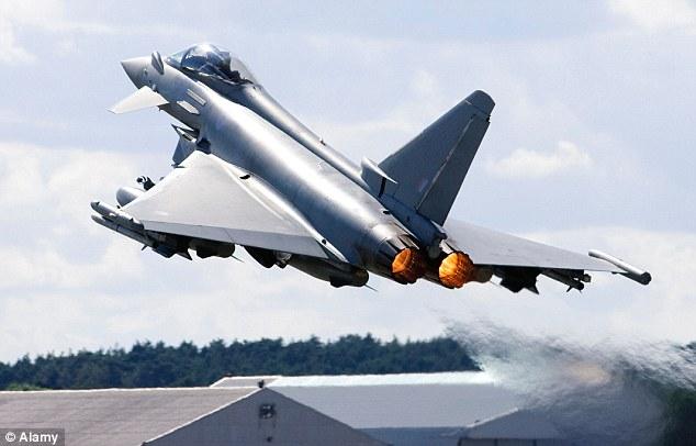 A Eurofighter Typhoon F2 decola no Farnborough Airshow - outro lutador potencial na guerra pela sobrevivência intergaláctico