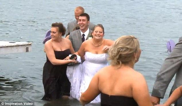 Tapi pengantin wanita memandang itu hanya sebagai sesuatu yang lucu