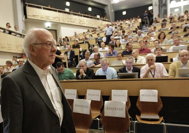 El físico británico Peter Higgs llega a la conferencia cerca de Ginebra