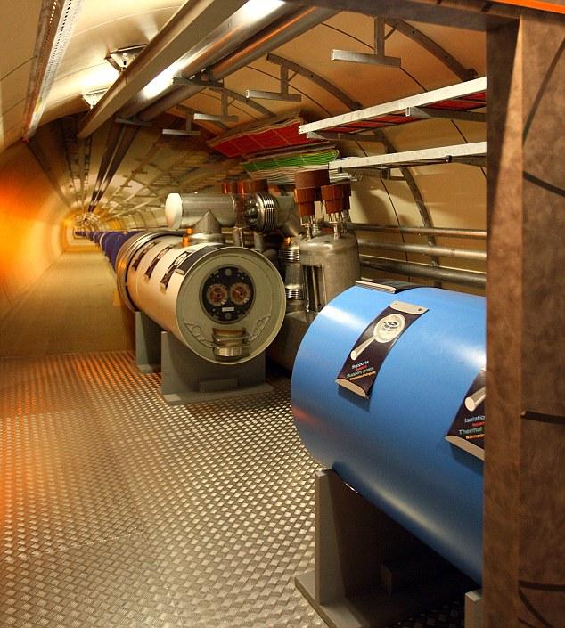 Un modelo del Gran Colisionador de Hadrones (LHC) del túnel se ve en el centro del CERN (Organización Europea de Investigación Nuclear) de los visitantes