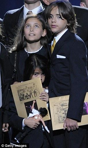 A vida no centro das atenções: o Príncipe com seu pai no início de Junho de 2009 e direita, no funeral da estrela pop no mesmo ano