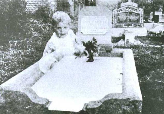 L'enfant étrange sur la tombe de sa fille dans le Queensland
