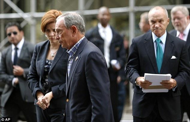 Detalles: El alcalde Bloomberg, el centro y el comisionado de Policía Ray Kelly, a la derecha, realizó una conferencia de prensa por la mañana cerca de la escena y puso de manifiesto el rodaje se llevó a cabo por un empleado descontento