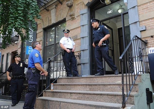 Search: Los agentes de policía vigilan la entrada del edificio donde vivía Johnson en Nueva York