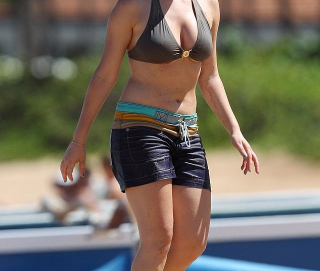 Tropical Getaway Icarly Star Jennette Mccurdy Displayed Her Curves In A Grey Bikini And Multi
