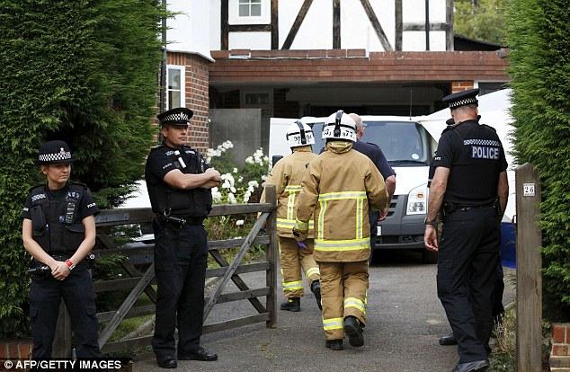 Bomberos británicos llegan a la casa de una familia británica muerto a tiros en su coche en los Alpes franceses, en Claygate