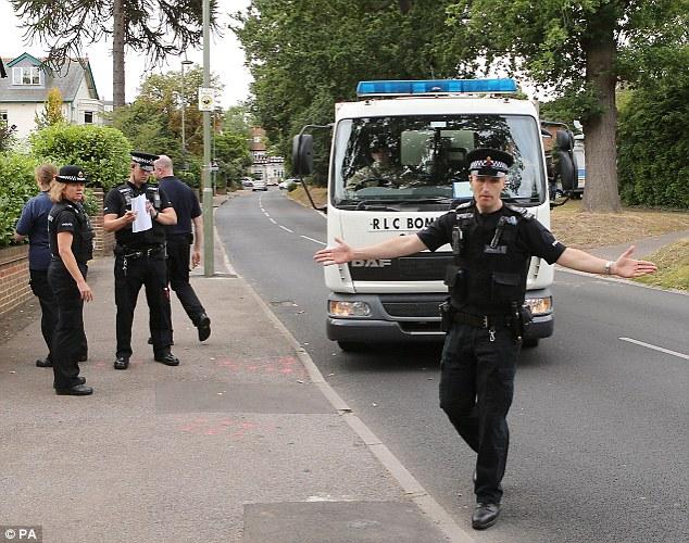 Policía ahuyentar a otros como Royal Logistic Corps disposición camión bomba llega al cordón cerca de la casa de Saad al-Hilli