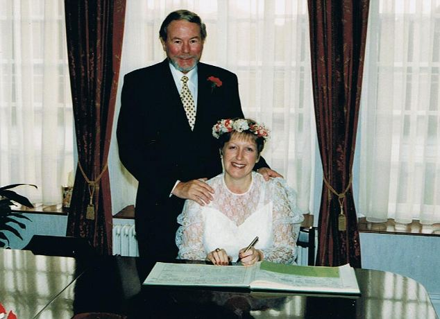 Maria-Louise y Carol día de su boda en diciembre de 1995: Ella tenía 38 años en ese momento, él tenía 60 años y tenía ese año contrajo MRSA después de la cirugía a corazón abierto