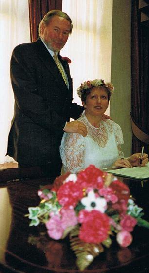 Apoyado por el apoyo: Maria-Louise dice Carol apenas podía estar de pie en su ceremonia de boda