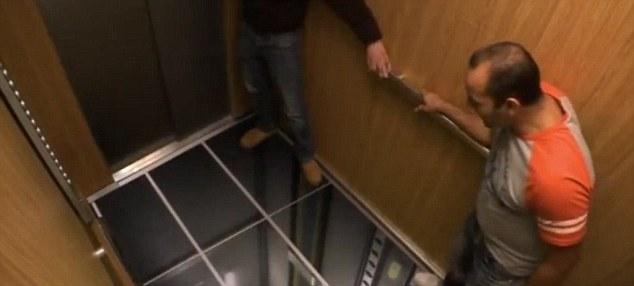 Ilusión: Saltan a un lado y agarrar la barandilla cuando ocurre un desastre falsos