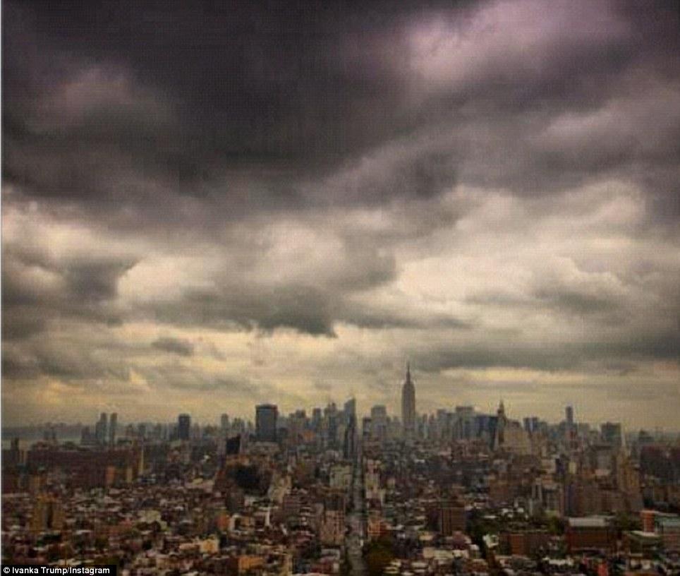El cielo sobre Nueva York comienzan a ennegrecer como los primeros signos de la forma que se acerca megastorm