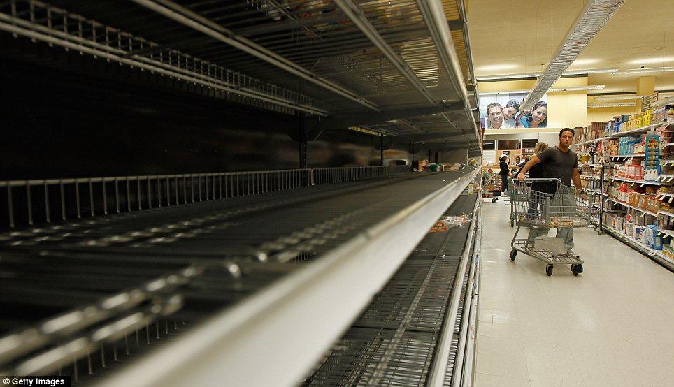 Sólo unos pocos artículos de pan permanecen en los estantes de la tienda de comestibles Waldbaums como se acerca el huracán Sandy el 28 de octubre de 2012 en Long Beach, Nueva York