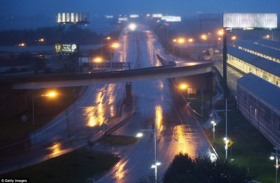 Aislado: La lluvia cae sobre una carretera casi desierta delante del huracán de arena en Atlantic City, Nueva Jersey