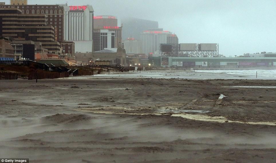 Abandonado: Arena azota a lo largo de la playa en Atlantic City, Nueva Jersey, donde se espera que la tormenta toque tierra la noche del lunes