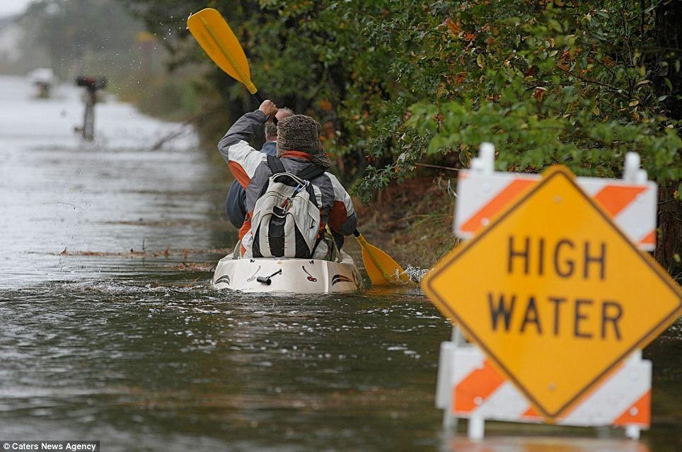 Luchando contra la tormenta: Terry y Derek Ballingall hacer funcionar una tienda de conveniencia en las aguas altas del huracán de arena en Poquoson, Virginia