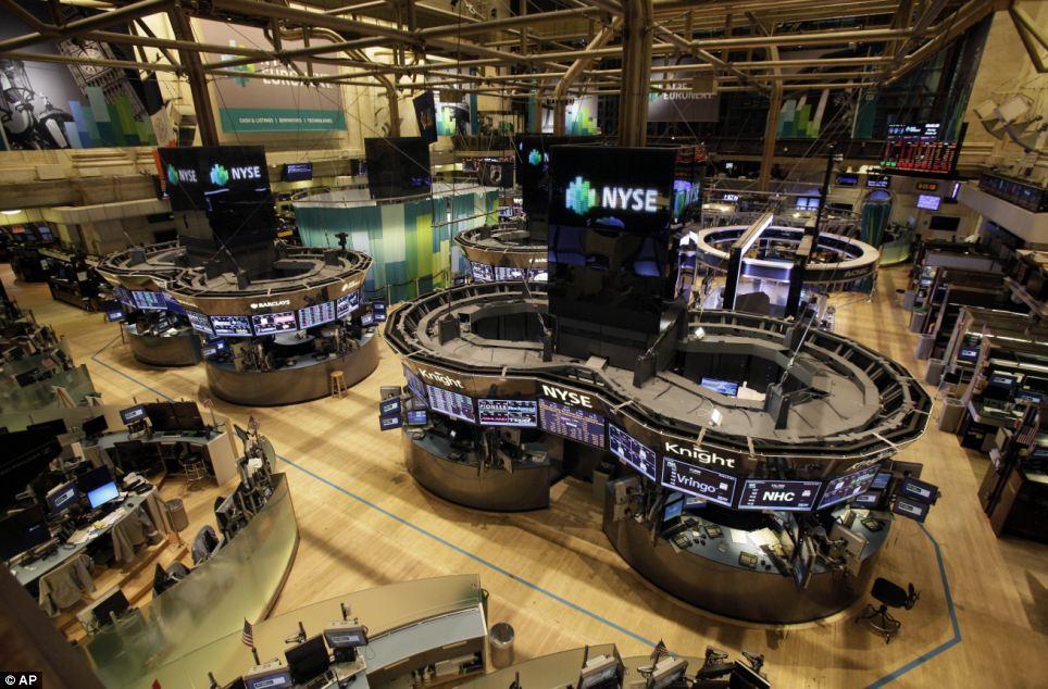 Abandoned: El piso de la Bolsa de Nueva York está vacío de los comerciantes el lunes - la primera vez en 27 años se ha cerrado por un día debido al mal tiempo